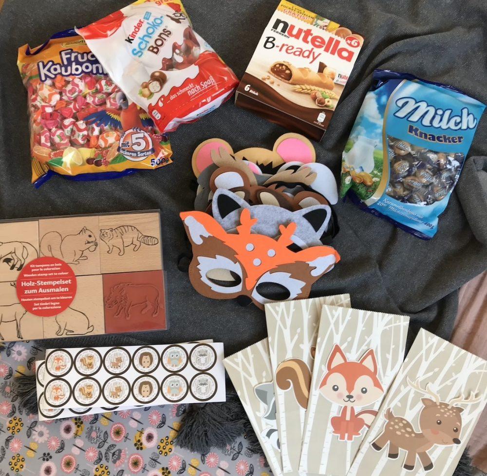 Auswahl an Süßigkeiten, Stempel mit Waldtierenmotiv und Papiertüten für Gastgeschenk