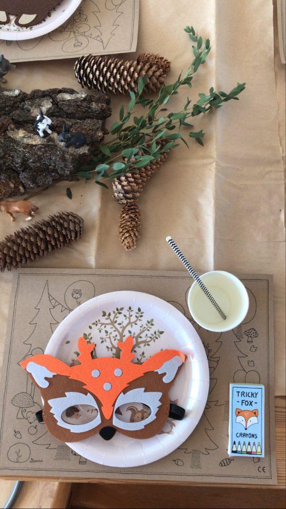 Platzdekoration am Tisch mit Unterlage zum ausmalen, Pappteller, Filztiermaske und Naturelementen mit Schleichtieren