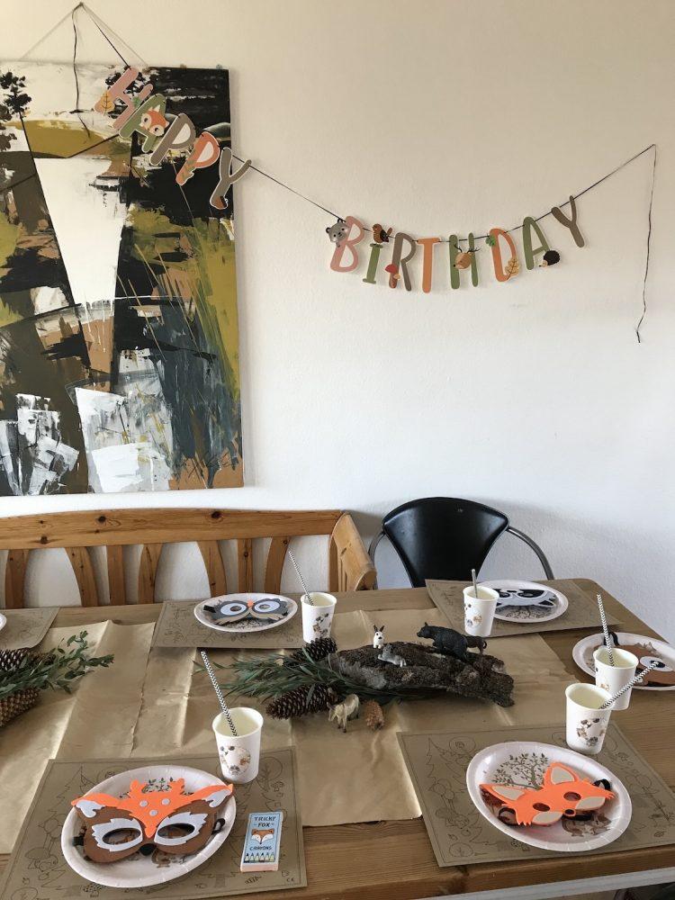 Waldtiere Dekoration mit Girlanden Schriftzug Happy Birthday